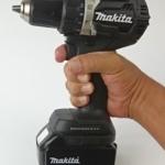 Ein Foto vom ausgezeichneten Handling des Makita DDF484 Black-Edition