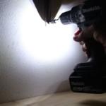 Foto vom eingeschaltetem Doppel-LED Licht des Makita DDF484RTJ Akku Bohrschrauber beim Schrauben
